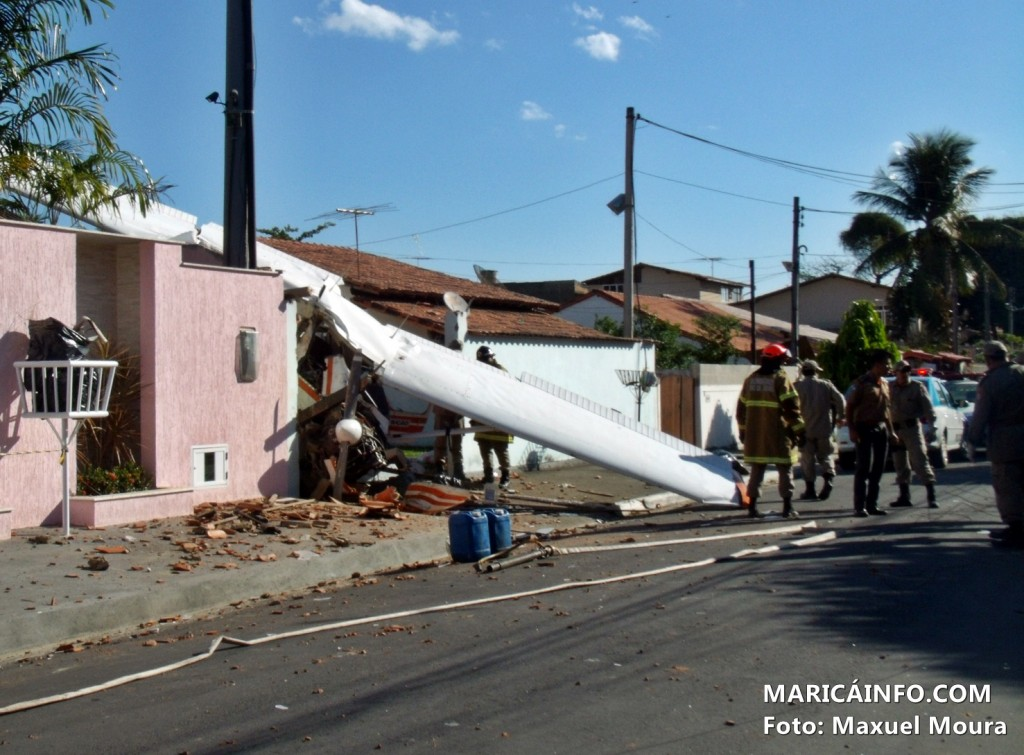 Avião colidiu com o muro de uma residência no Centro de Maricá. (Foto: Maxuel Moura | MaricáInfo.com)